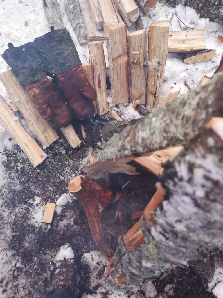 kış kampalrında kuru odun bulmak