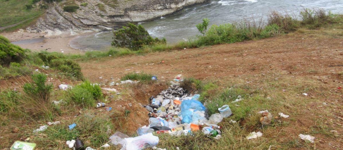 sardala koyunda biriken çöpler