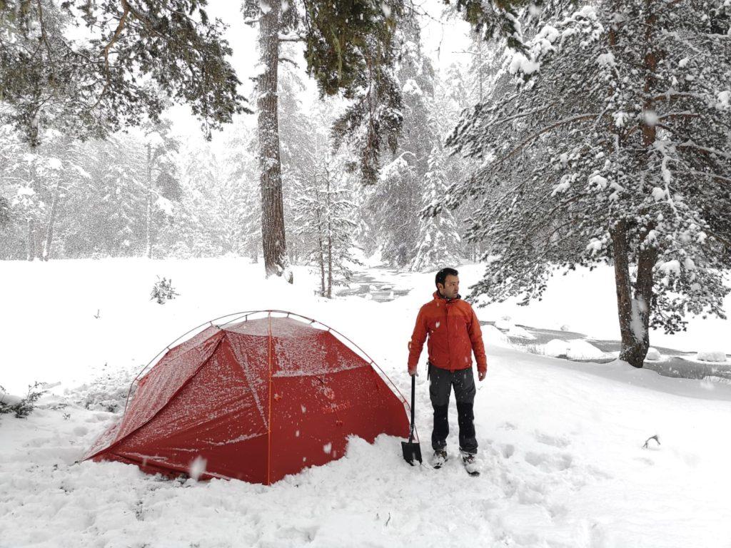 Kış kamplarında gece üşümemek için doğru uyku tulumu tercih edilmelidir.